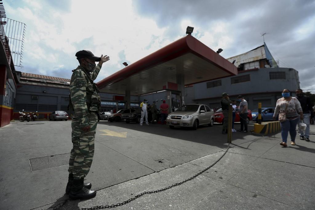 Los venezolanos hacen fila para cargar combustible en Caracas.