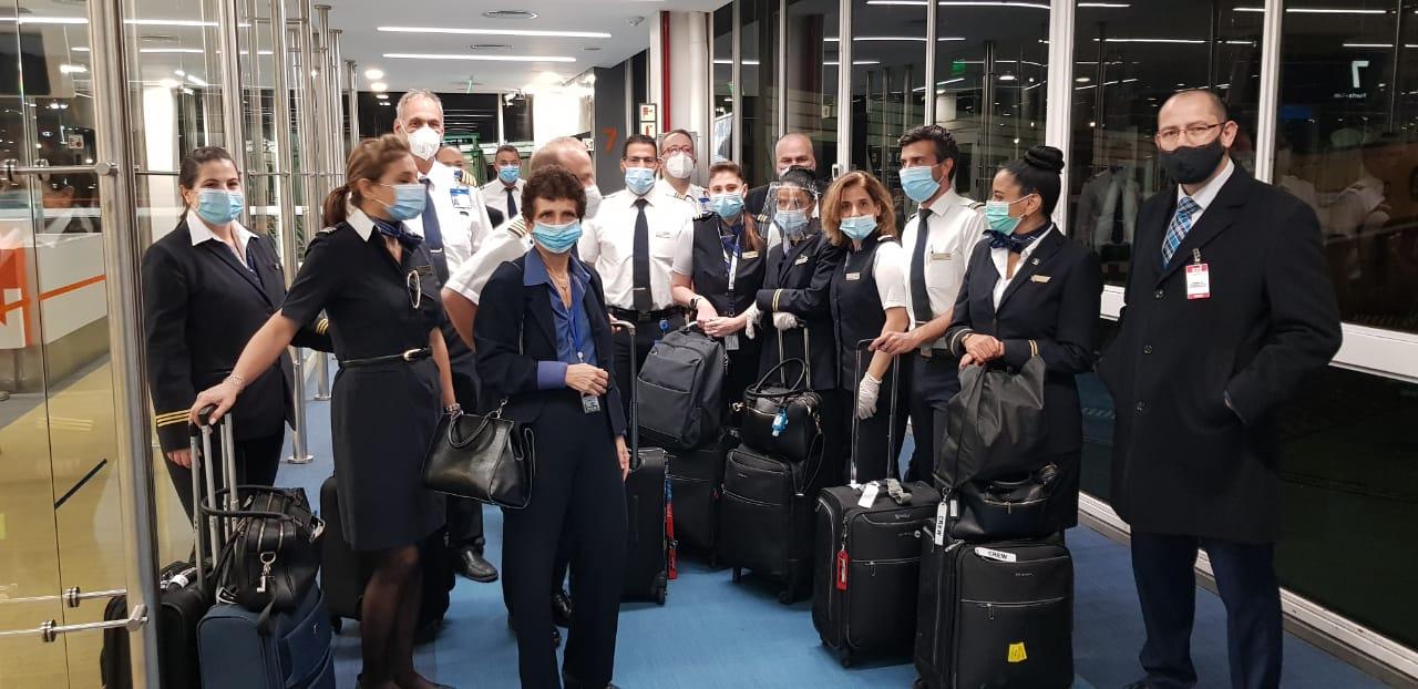 La embajadora de Israel en Argentina, Galit Ronen, junto a la tripulación de El Al en el aeropuerto de Buenos Aires.
