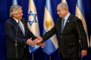 Alberto Fernández y Benjamín Netanyahu se saludan en ocasión de la visita del presidente argentino a Israel.