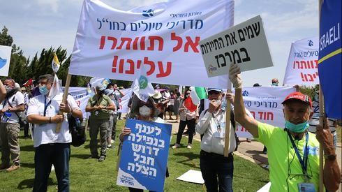 Trabajadores de la industria del turismo se manifiestan fuera de la Knesset pidiendo asistencia gubernamental