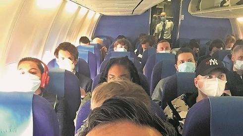 Pasajeros con máscaras en un vuelo internacional