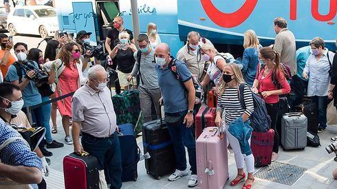 Los turistas extranjeros usan máscaras cuando llegan de vacaciones a España