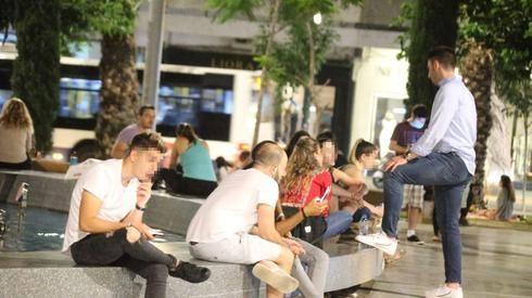 Jóvenes socializan en Tel Aviv sin mascarillas durante la pandemia