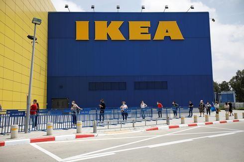 Compradores esperando con distanciamiento social fuera de la tienda IKEA