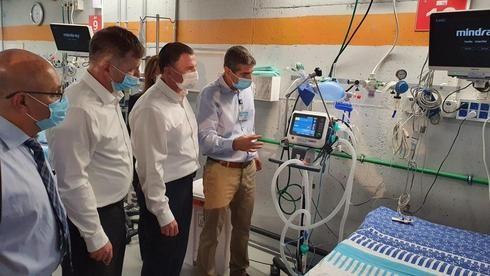 El ministro de Salud, Yuli Edelstein, visita una sala de coronavirus.