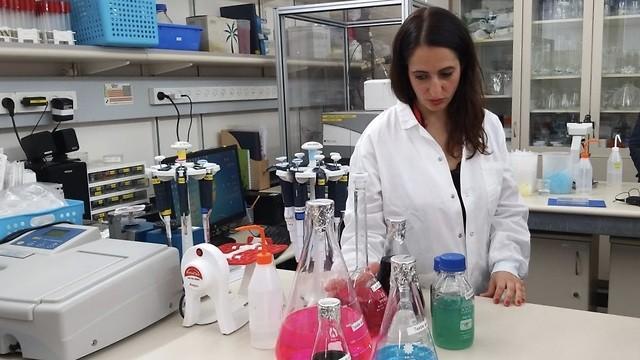 La profesora Hadas Maman, miembro del equipo de investigadores detrás del desarrollo, en el laboratorio.