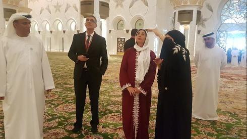 La ministra Miri Regev visita la mezquita Sheikh Zayed en los Emiratos Árabes Unidos en 2018.