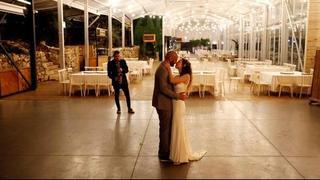 Casamiento de una pareja israelí en un salón vacío durante el brote de coronavirus.