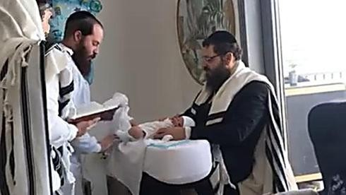 El rabino Yehuda Teichtel realiza la primera circuncisión judía en EAU a principios de este año.