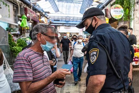 Un policìa de Jerusalem haciendo controles para el distanciamiento social y la circulación.