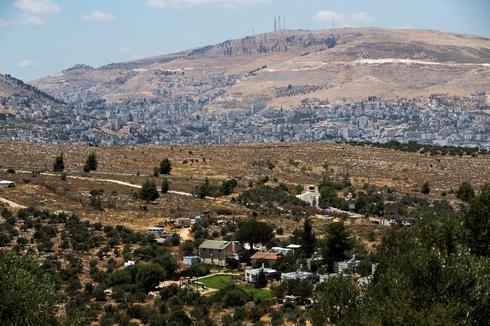 El asentamiento israelí Itamar, en Cisjordania, con la ciudad palestina de Naplusa de fondo.