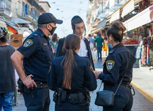 Oficiales de policía que hacen cumplir las normas de distanciamiento social en Jerusalem.