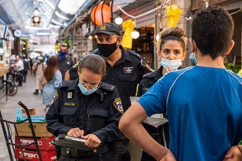 La policía hace cumplir las restricciones de coronavirus
