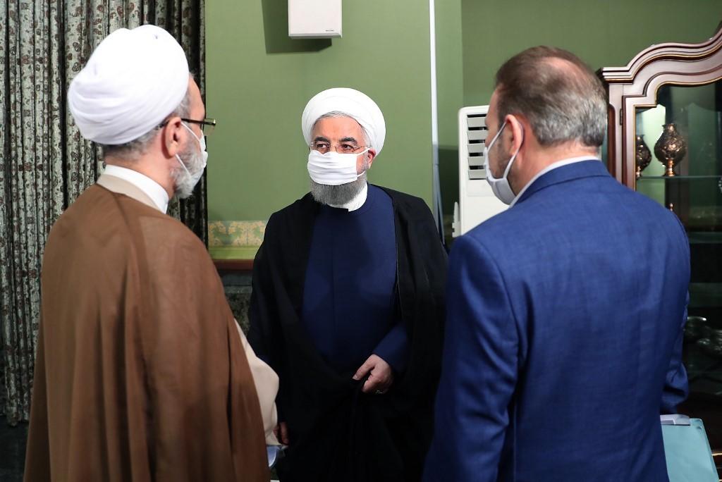 Hassan Rouhani usando un barbijo