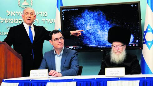 El primer ministro Benjamín Netanyahu, el director general del Ministerio de Salud, Moshe Bar-Siman-Tov, y el ministro de Salud, Yaakov Litzman, hablando en el pico del brote.
