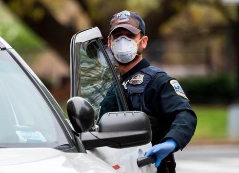 Policía de Kansas con máscara de protección.