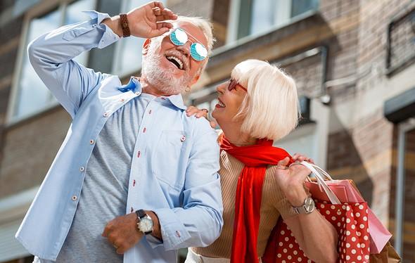 Los hipsters mayores visitan la ciudad.
