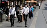 Israelíes caminando por Jerusalem en medio de la crisis de coronavirus.