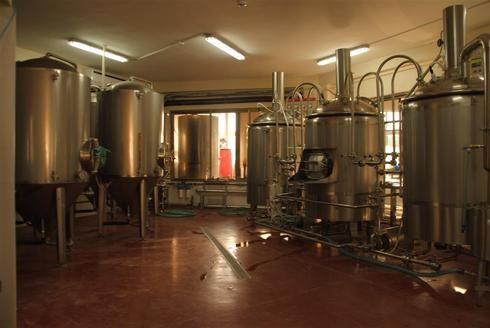 En estos recipientes descansan mezclas que algún día serán cervezas.