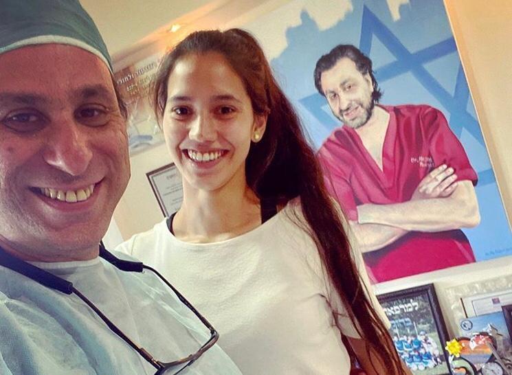 Roisentul junto a una de sus pacientes en Safed.