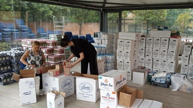Distribución de canastas de alimentos en Italia a través de enviados de la Agencia Judía.