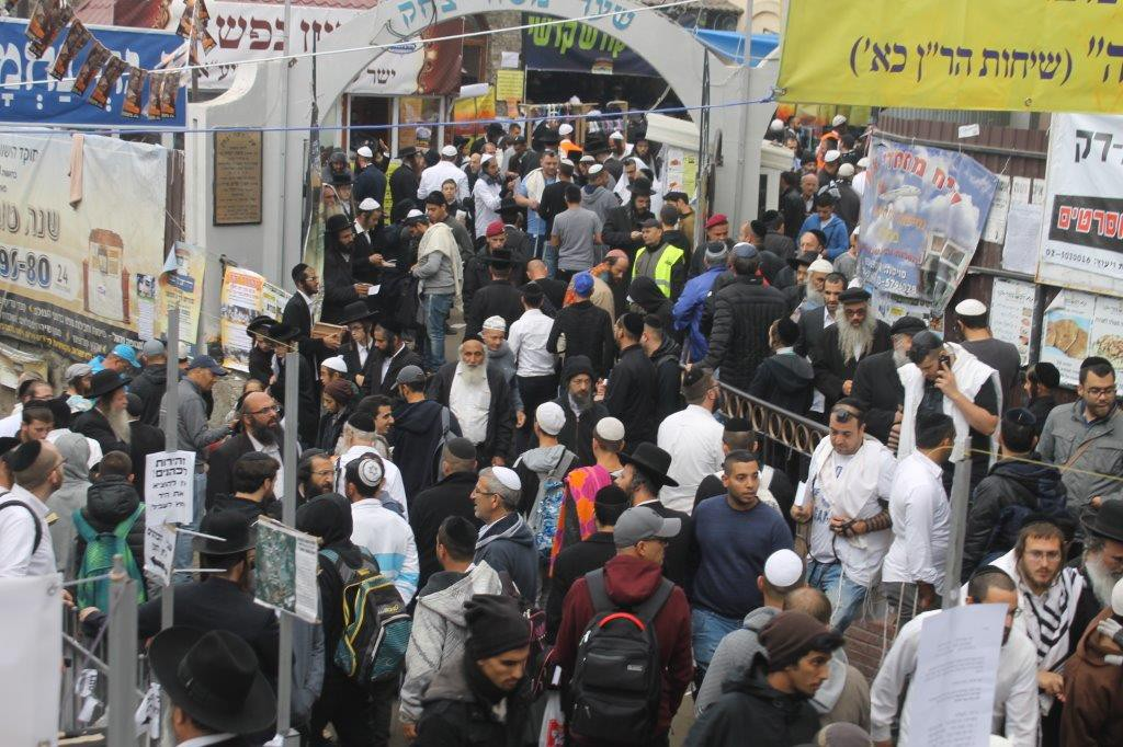 Miles de feligreses fuera del lugar de enterramiento del rabino Najman de Breslev