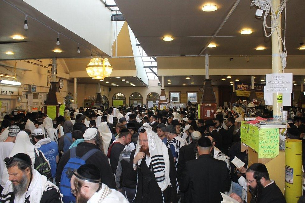 Judios rezando en una sinnoga cerca del lugar de entierro del rabino Najman de Breslev