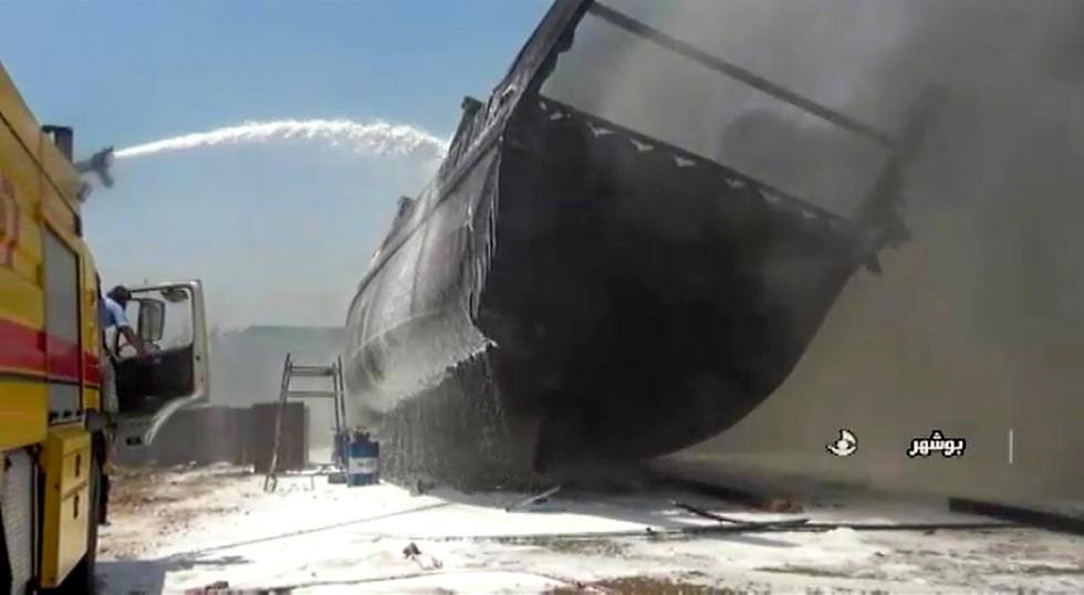 Uno de los barcos incendiados en el puerto iraní.