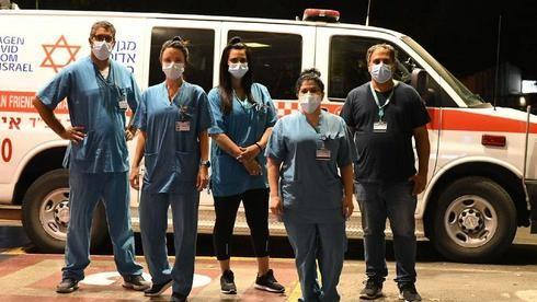 Enfermeros que trabajan en el Centro Médico Shamir en el centro de Israel durante la pandemia de coronavirus.