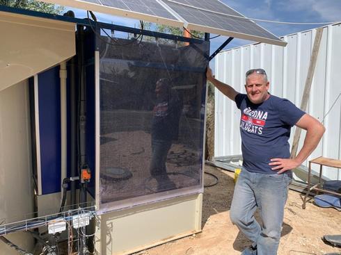 Clive Lipchin, del Instituto Arava de Estudios Ambientales, creó un sistema portátil de tratamiento de aguas residuales con energía solar para una aldea beduina.
