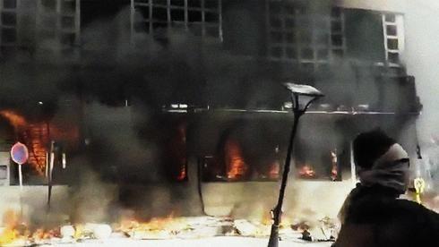 Un banco arde en llamas durante las protestas en Irán a fines del 2019.
