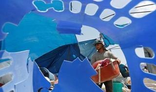 Las bolsas de tela reciclada, por su precio, no son accesibles; pero dicen que cualquiera las puede fabricar.