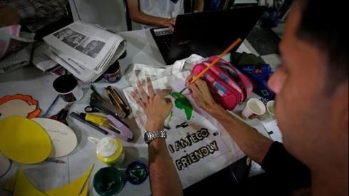 En Gaza promueven el uso de bolsas reciclables para combatir los desechos plásticos.
