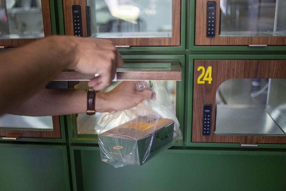 Se coloca una caja Go Noodles lista para llevar en un casillero con vidrio en Tel Aviv, Israel.