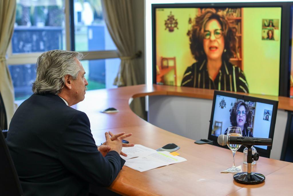 Alberto Fernández durante su entrevista con Dina Siegel Vann.
