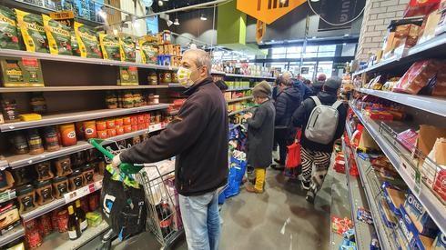 Compradores en un supermercado de Israel.
