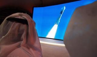Un emiratí mira con atención el despegue de la primera sonda árabe a Marte.