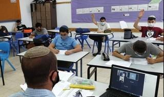 Los estudiantes usan máscaras en una escuela de niños en Ma'ale Adumim.