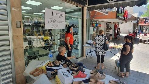 Venta de liquidación en una tienda de Ashkelon afectada por la crisis financiera del coronavirus.