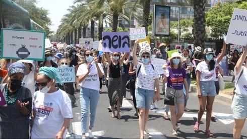 Trabajadores sociales protestan en las calles de Tel Aviv.