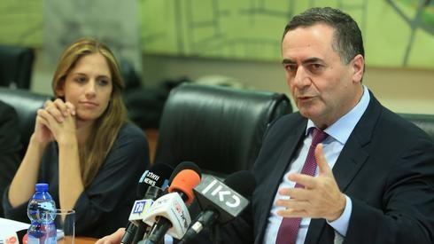 El ministro de Finanzas, Israel Katz, y la directora general Karen Turner-Eyal.