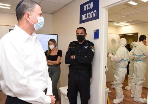 El ministro de salud, Yuli Edelstein, recorre el Hospital Ichilov en Tel Aviv.