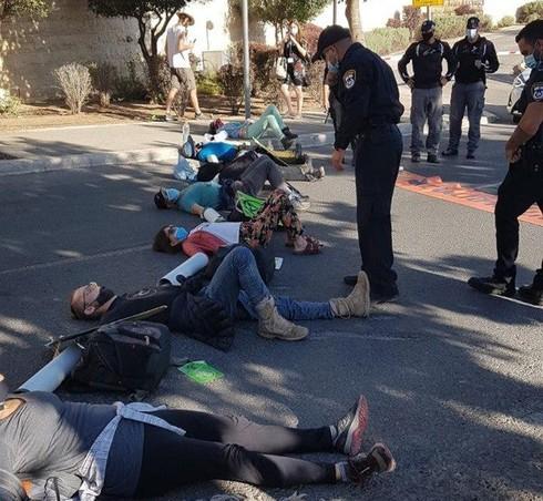 Manifestantes bloquean el camino de acceso a la Knesset en Jerusalem.