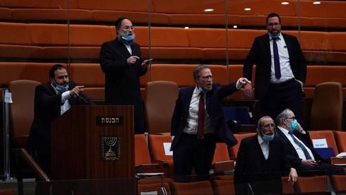 Los parlamentarios ultraortodoxos expresan su furia tras la votación del proyecto de ley para prohibir las terapias de conversión gay.