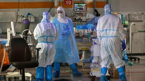Una sala de coronavirus en el Centro Médico Sheba en el centro de Israel .