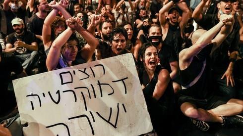 Manifestantes piden la renuncia del primer ministro Benjamín Netanyahu en Jerusalem.