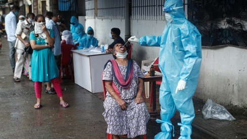 Pruebas de coronavirus en Bombay, India.