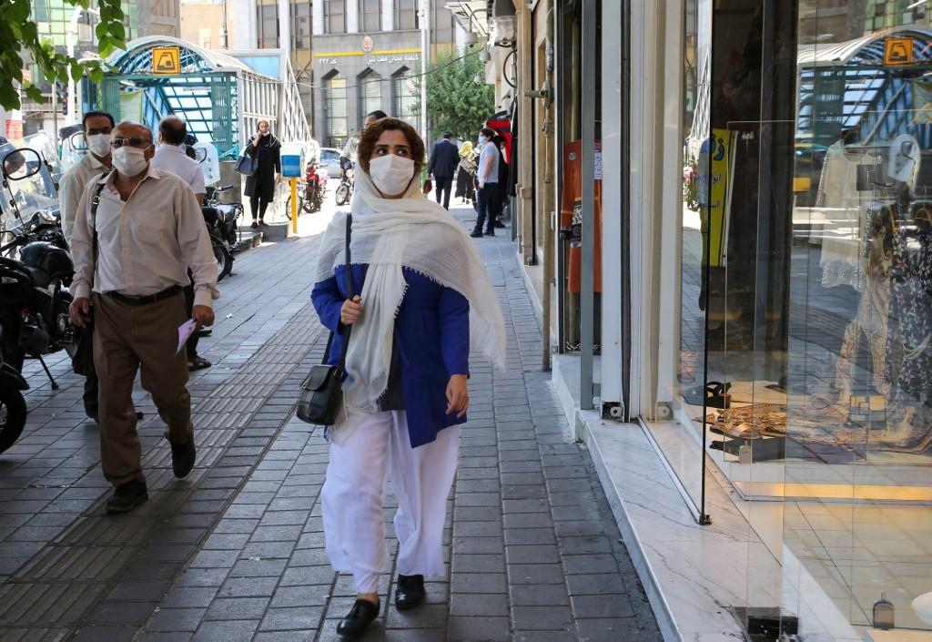 Iraníes con máscaras de protección en Teherán.