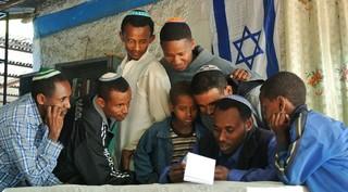 Los judíos etíopes se reúnen en una sinagoga improvisada en Gondar para ver si se les ha dado fecha para mudarse a Israel.