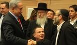 El primer ministro Benjamin Netanyahu con los ultra ortodoxos Yaakov Litzman y Moshe Gafni.